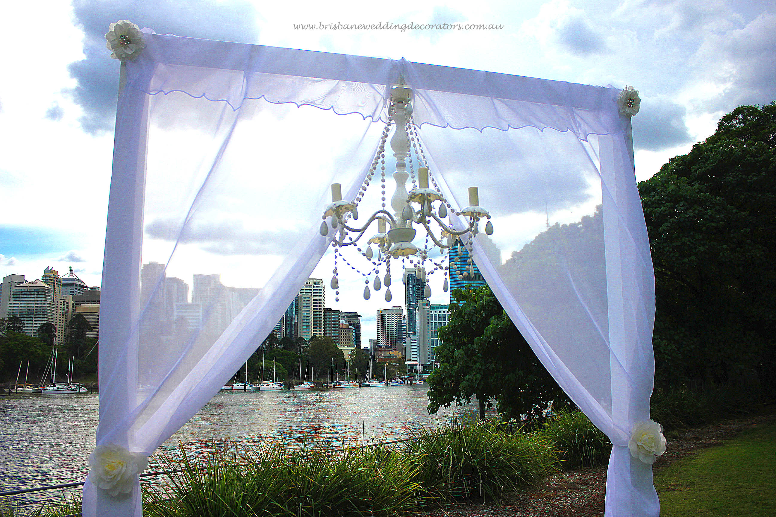 Brisbane Wedding Decorators Elegant Arch And Signature Chandelier Made The Perfect Backdrop For This